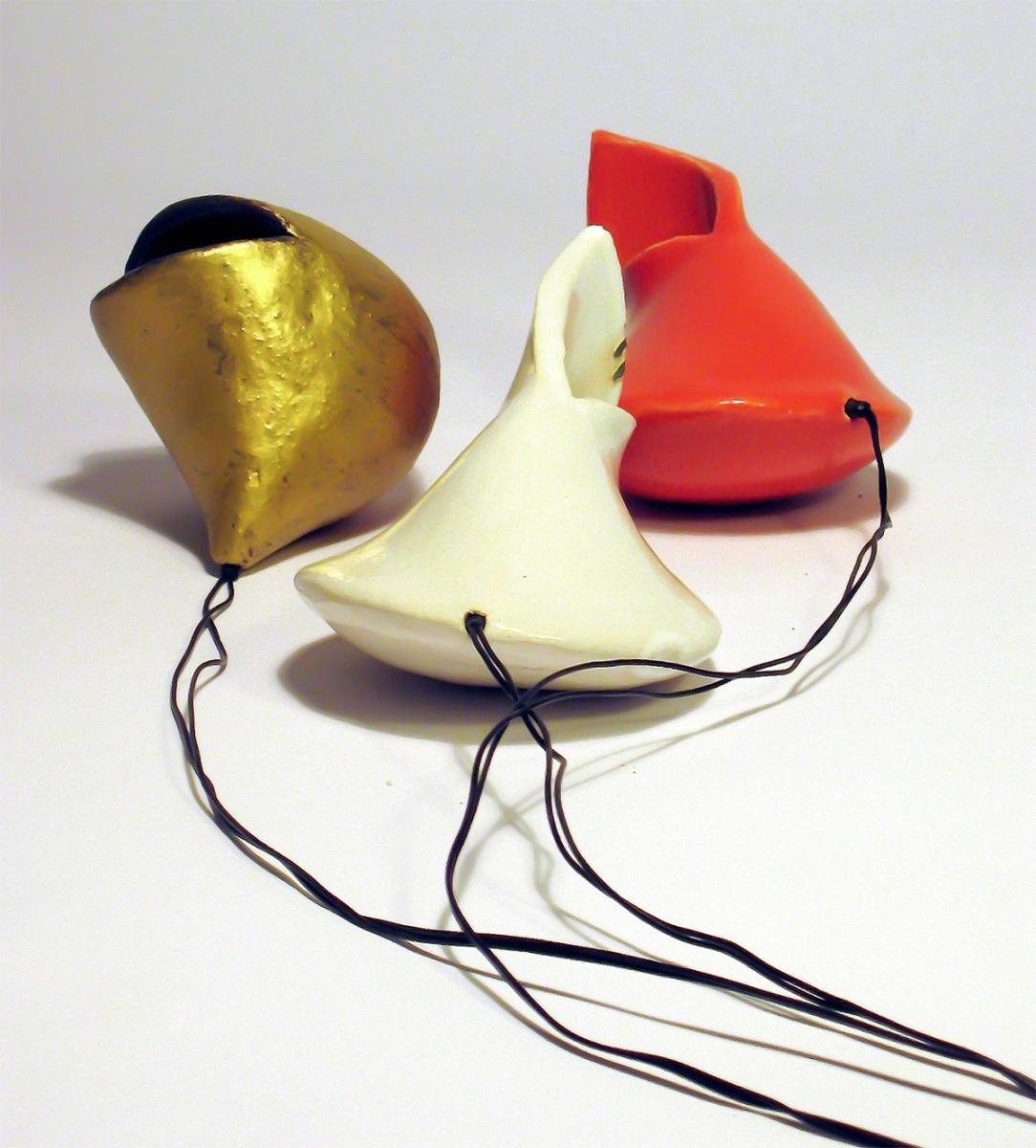 Aliens, Installation aus 10 Kreamikkörpern und Lautsprecher, Maße variabel, 2010