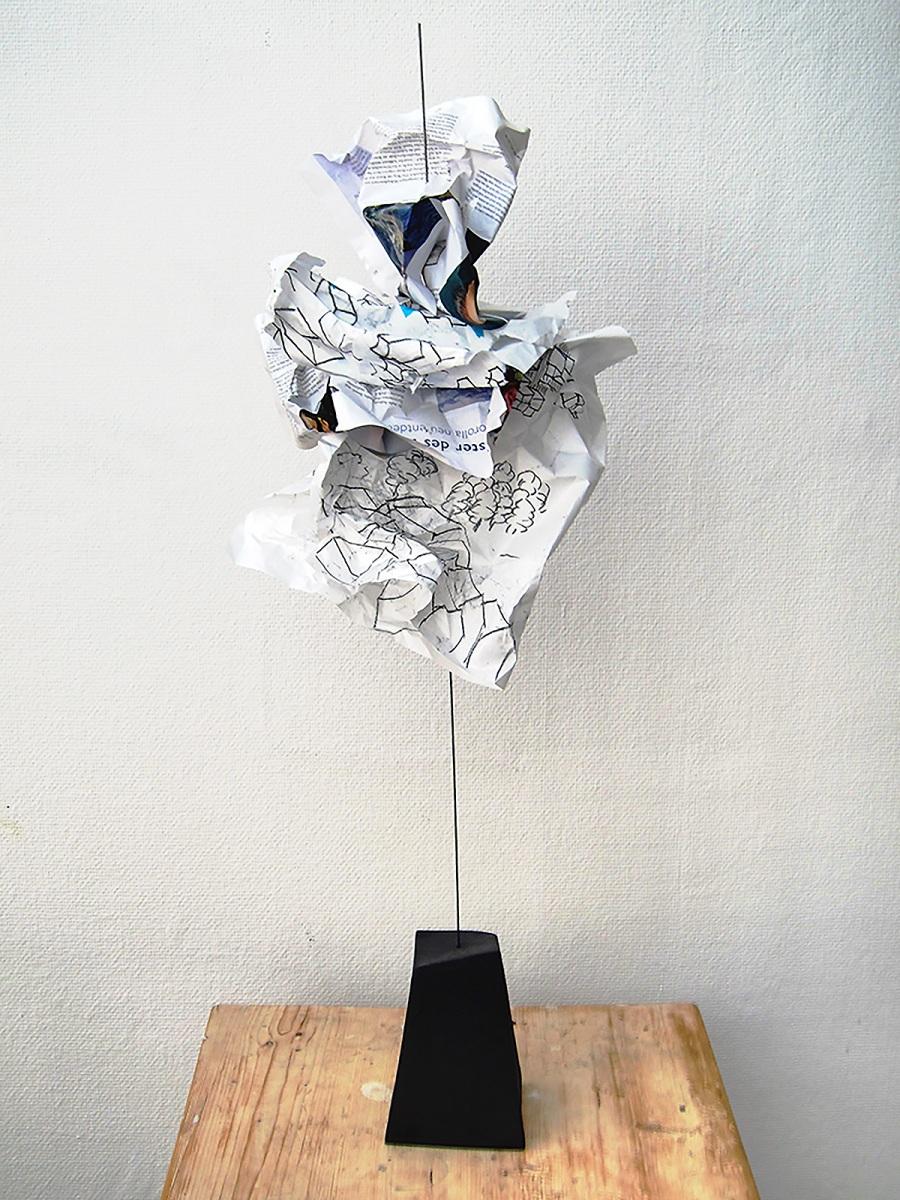 Wächter  (Serie Kafka/ Vor dem Gesetz) // 100x 25x25, Papier, Keramik, Metall, 2018